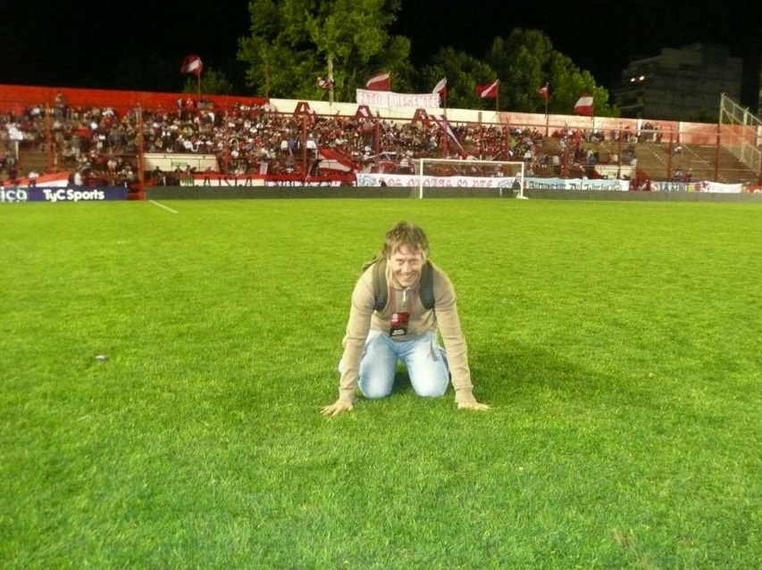 Fred Becker en la cancha de Argentinos Juniors