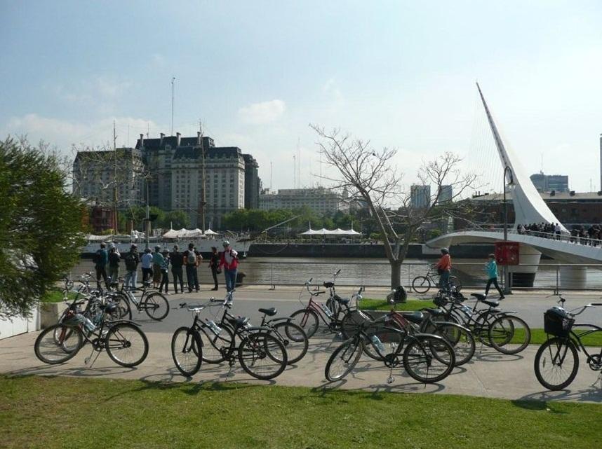 Stopp an der Puente de las mujeres in Puerto Madero