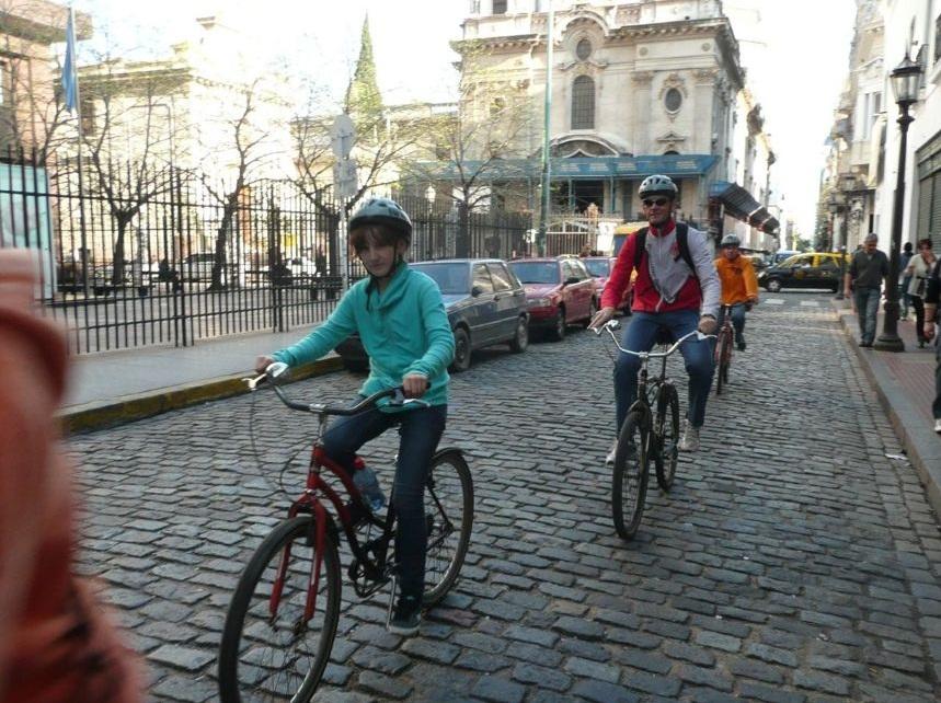 Verena Herwig als 11-Jährige mit dem Fahrrad durch Buenos Aires