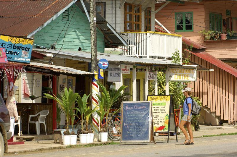 Straße im Ort Bocas del Toro, Panama