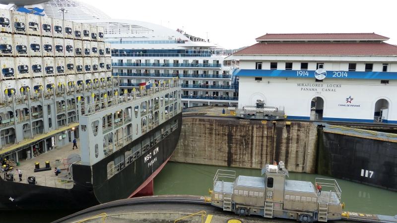 Schiff im Panamakanal Miraflores Schleusen, Panama Stadt