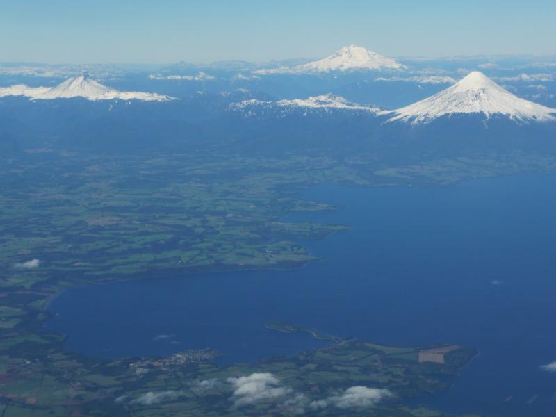 Flug nach Puerto Montt, Blick auf Lago Llanquihue, Vulkane Osorno (rechts) und Puntiagudo (links), Chile