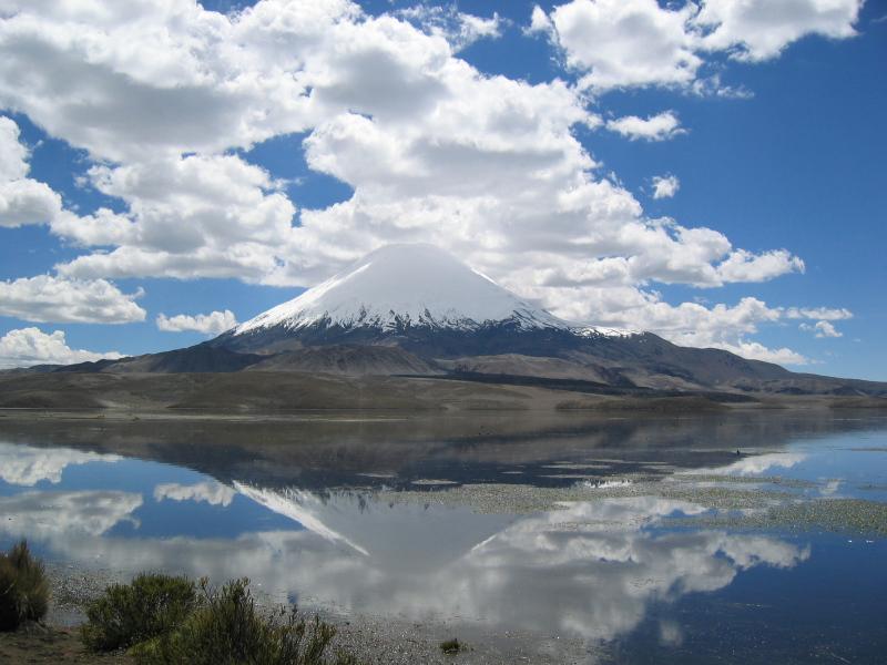 Vulkan Parinacota, Nationalpark Lauca mit See Lago Chungara, Nordchile